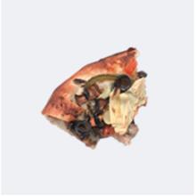 Rebanada de pizza a medio comer