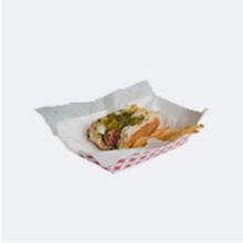Bandeja de papel con hotdog a medio comer y papas fritas